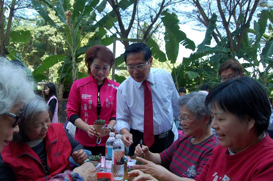 嘉義市長涂醒哲、議長蕭淑麗參觀長青園學員植栽成果。(廖素慧攝)
