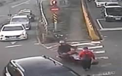 疑因貪快超車  8旬婦遭撞骨折