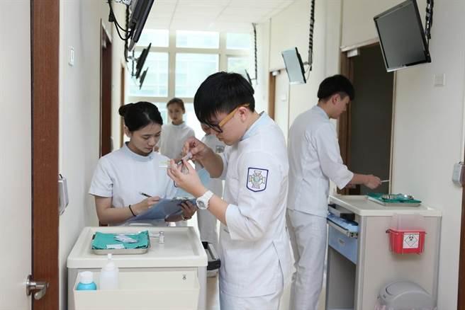 護理師近年來相當吃香,圖為學生學習的情形。(元培提供)