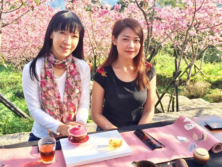 竹山茶道協會茶師,在櫻花樹下設茶席,更為美景添秀色。(廖志晃攝)