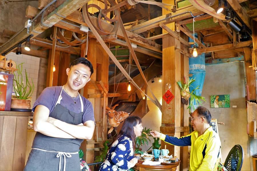 恆春人李奕旻(左一)將有65年歷史的碾米廠老屋活化成特色餐館,同時成為熱門打卡點。(謝佳潾攝)