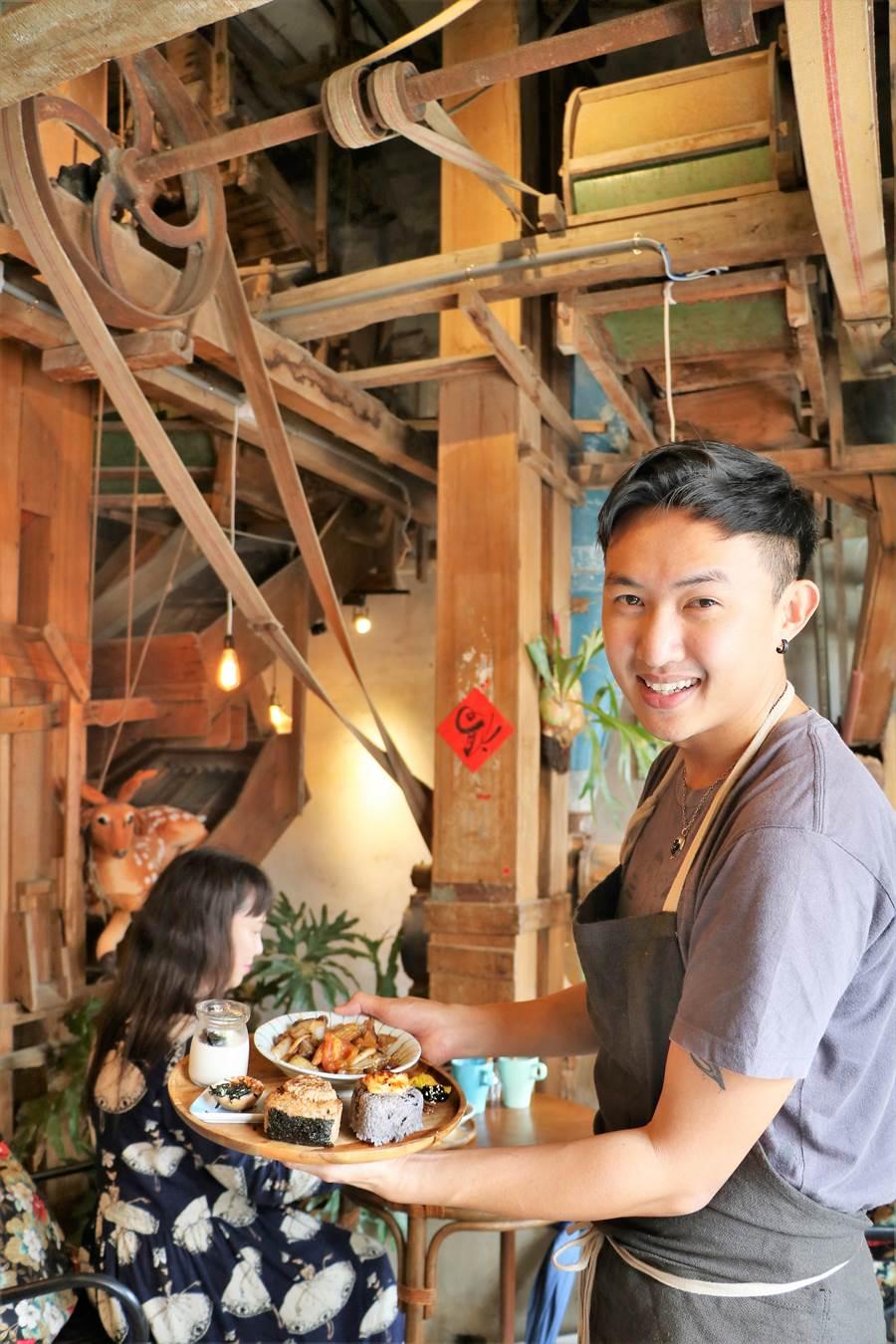 恆春人李奕旻(右)將有65年歷史的碾米廠老屋活化成特色餐館並推出私房菜。(謝佳潾攝)