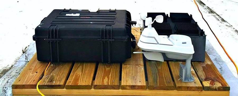 麻州理工學院所發明的溫差電池,右方黑色如空氣濾網的材料就是熱諧振器。(圖/MIT)