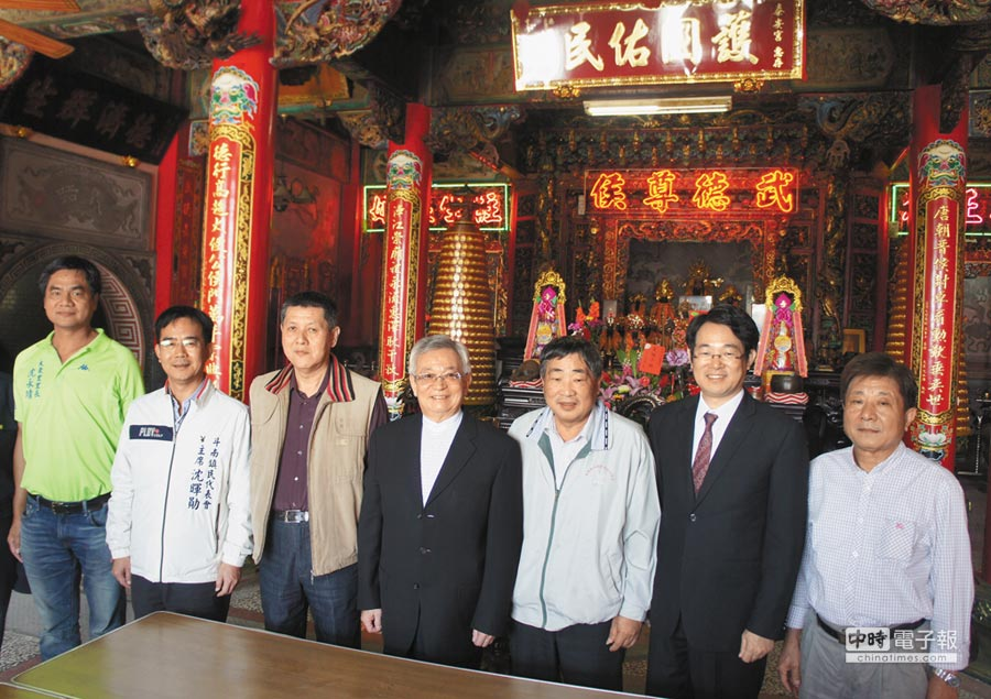 國策顧問沈國榮(右四)贈匾「護國佑民」給泰安宮,右二是役政署副署長沈哲芳。(周麗蘭攝)