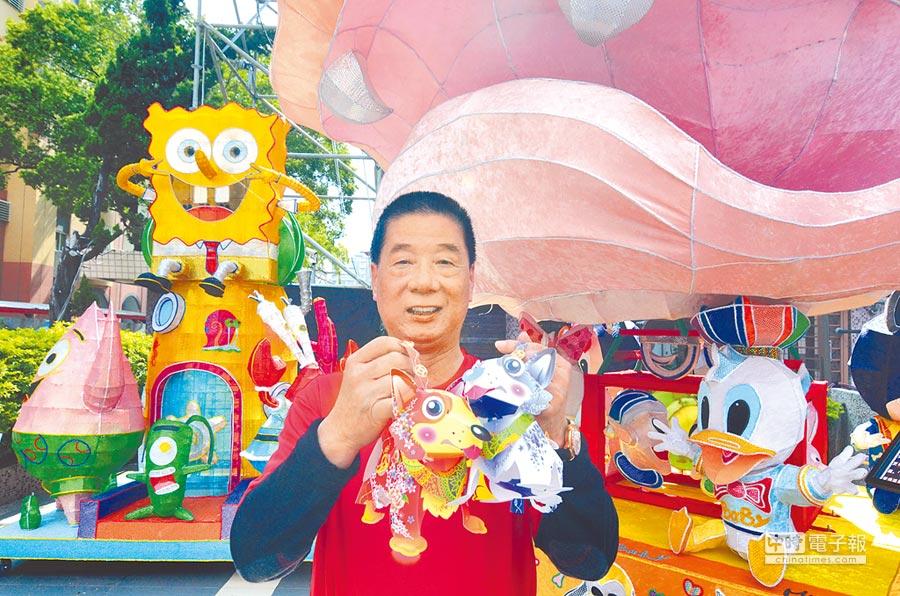 台東市長張國洲邀請民眾參加元宵活動,還有機會獲得限量提燈。(黃力勉攝)