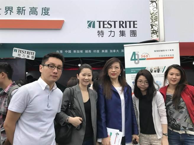 特力集團執行長童至祥(中)與PagamO業務副總陳貞樺(左二)等團隊於現場與新鮮人互動。(圖/特力提供)