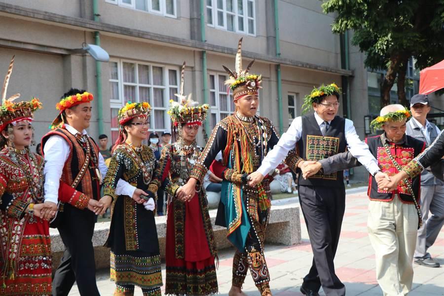 屏東縣長潘孟安(右二)3日出席「2018南島族群婚禮-鞦韆下的婚禮」活動行前記者會,開心地與原民朋友一同歌舞。(謝佳潾攝)