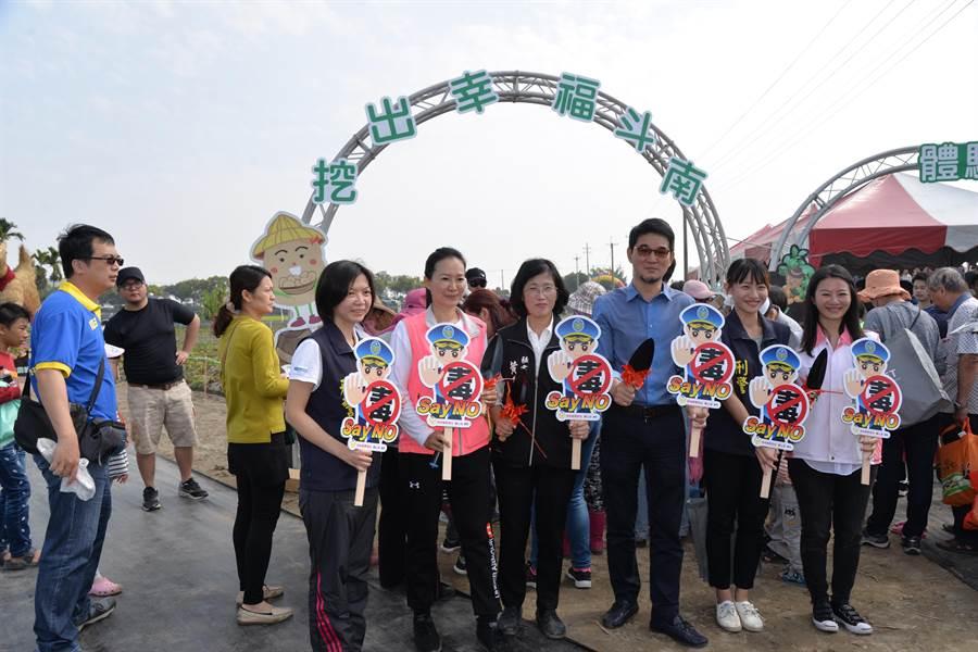 來賓和警方一起宣導反毒「鏟毒」。(許素惠攝)