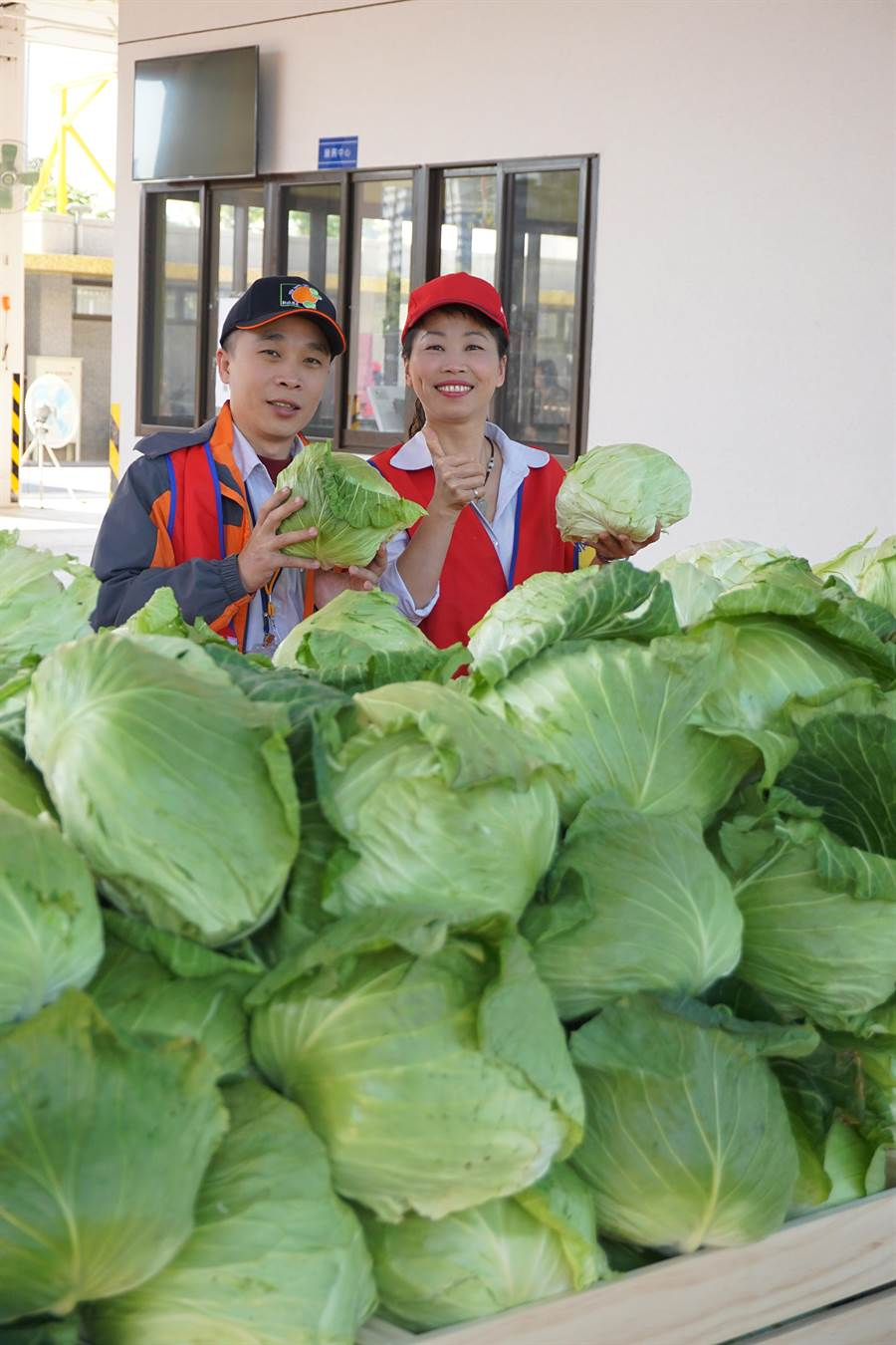 新北市政府特別責成新北果菜公司,緊急與產地聯繫,由果菜公司先行針對盛產蔬菜,擴大直銷。(葉書宏翻攝)