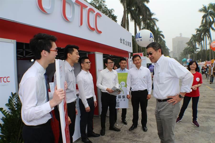 布局兩岸與國際需千名人才,台泥董事長張安平(右)今親自到台大博覽會現場攬才。(圖;台泥提供)