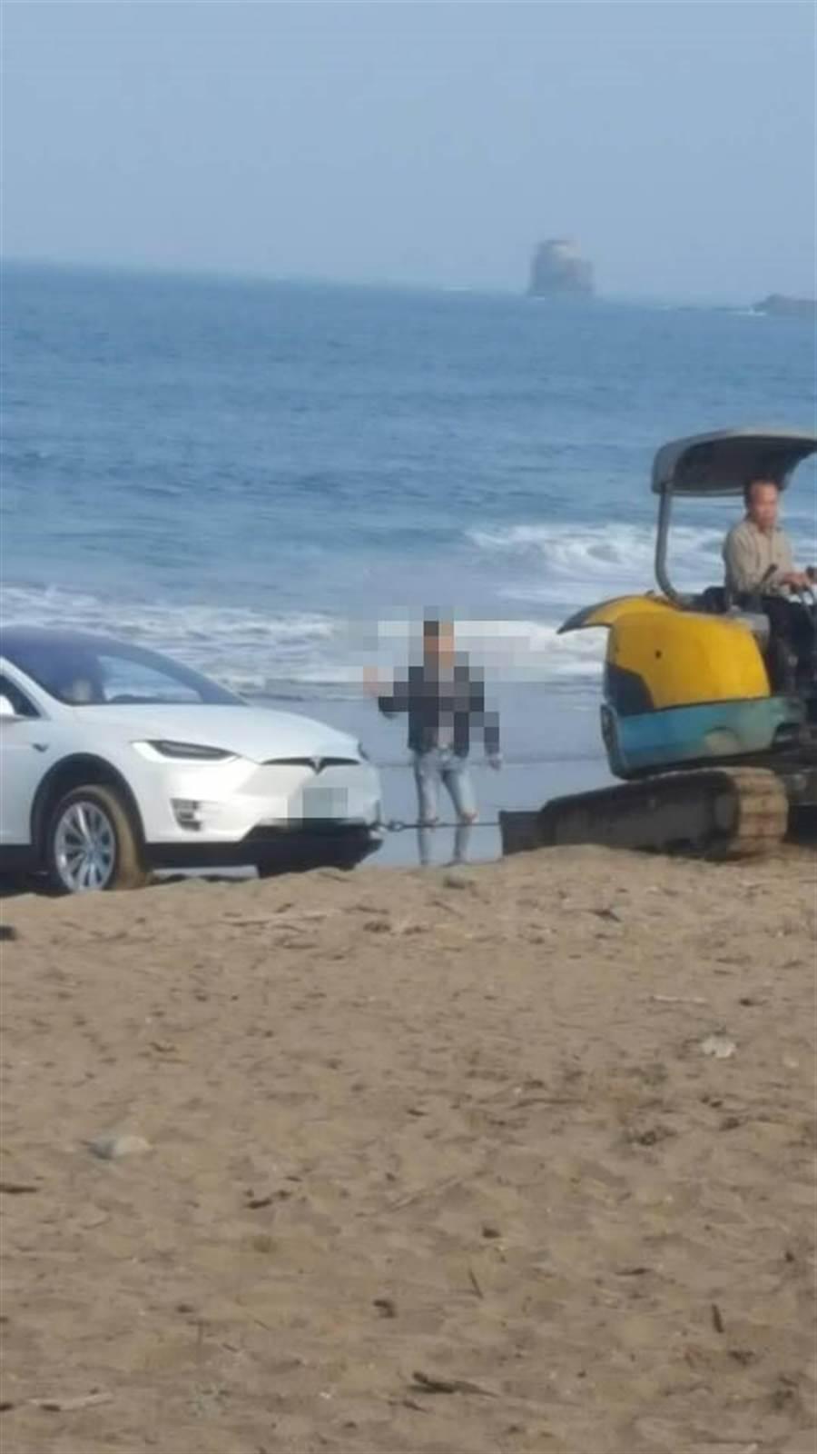 又有民眾疑似到海灘賞夕陽被卡住。(圖/翻攝自爆廢公社)