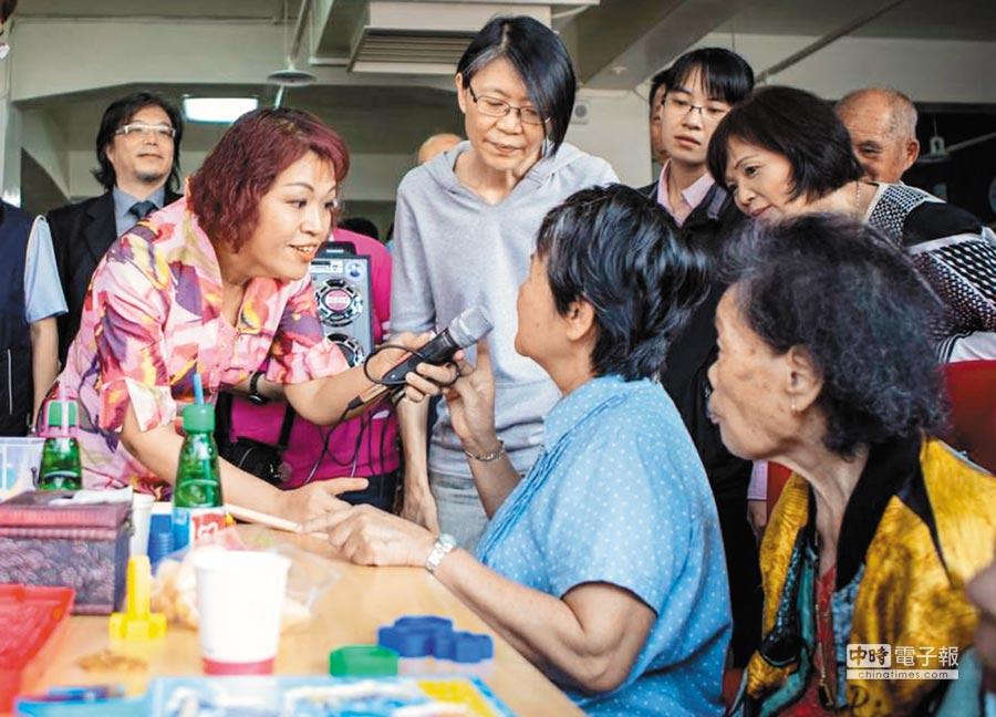 投入台灣長照20年的郭姵伶(左),2015年主持日照中心開幕,曾邀請當時的總統夫人周美青(左二)到場與長輩互動。決定出走對岸,坦言真的悶壞了。(郭姵伶提供)