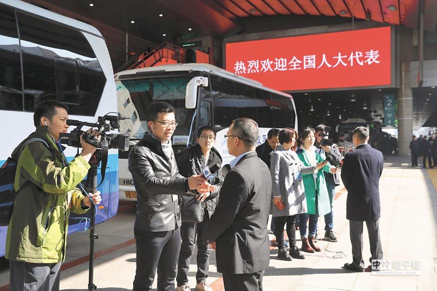 3月2日,參加十三屆全國人大一次會議的山西代表團抵達北京。(中新社)