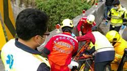 紅牌重機撞護欄 騎士跌落4米深橋下哇哇叫