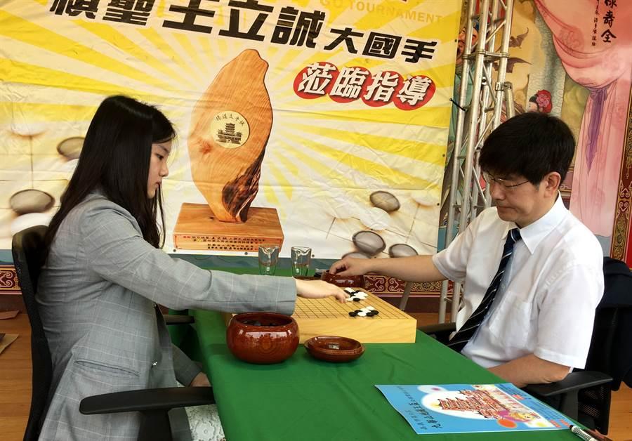 旅日棋聖王立誠(右)與台灣職業二段女棋士俞俐均對奕。(廖素慧攝)