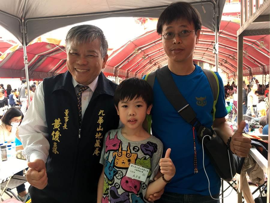 六段小棋手國小三年級吳彥諶(中)參加地藏盃全國圍棋賽,九華山地藏庵董事長黃俊森(左)為他加油。(廖素慧攝)
