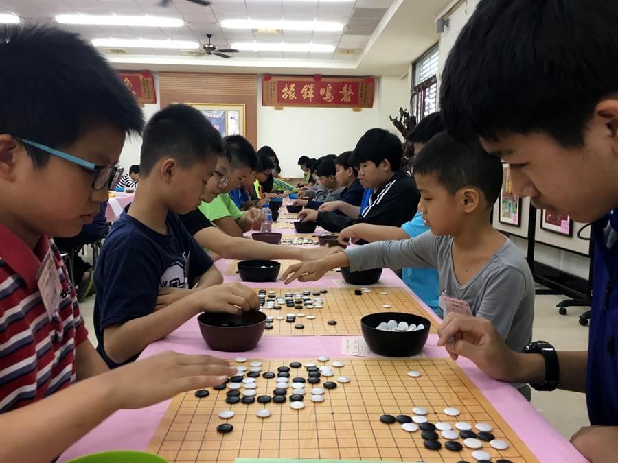 地藏盃全國圍棋賽,來自全國各地的棋手聚精會下棋。(廖素慧攝)