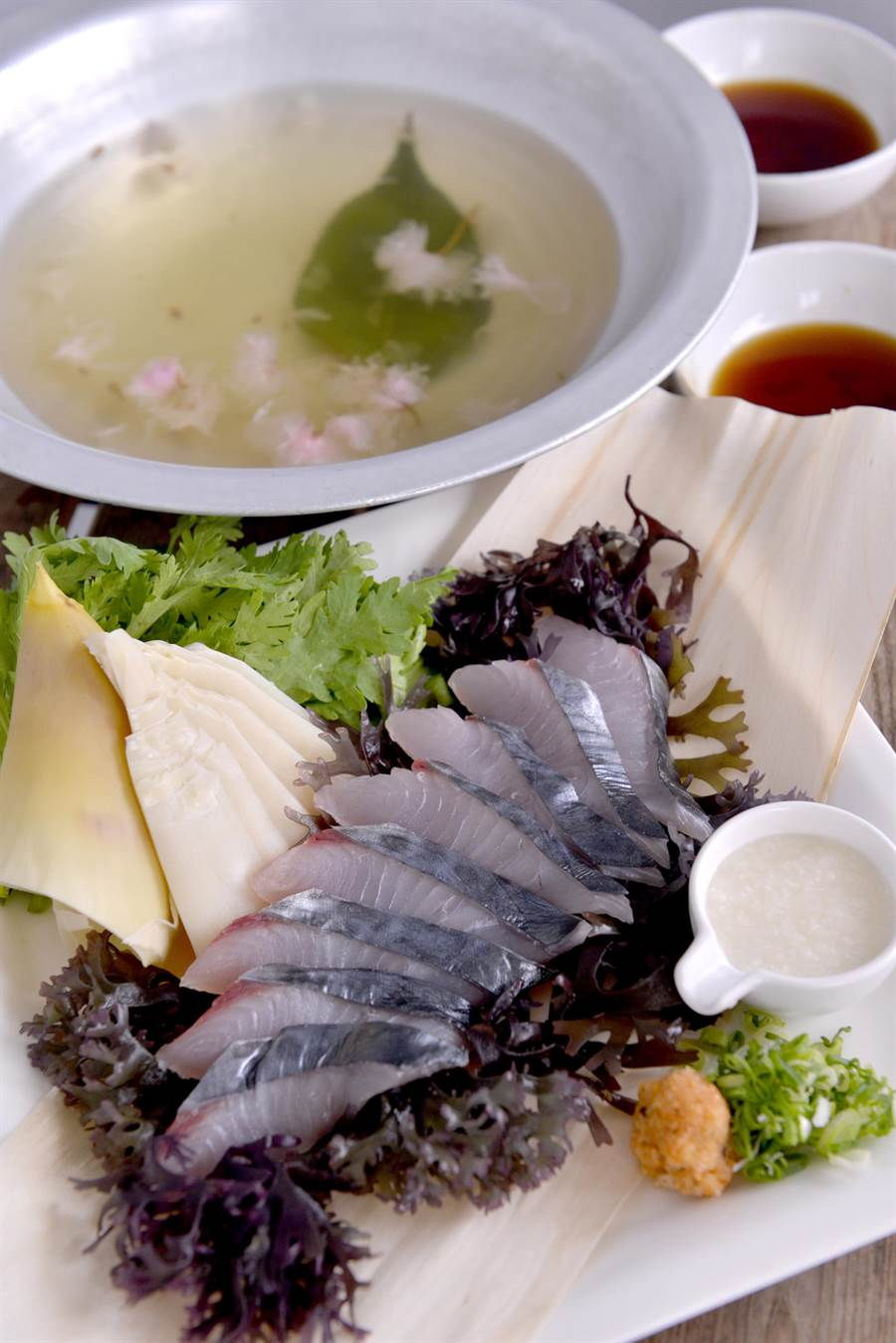 鰆魚涮涮鍋櫻花高湯。(和食EN日本料理提供)