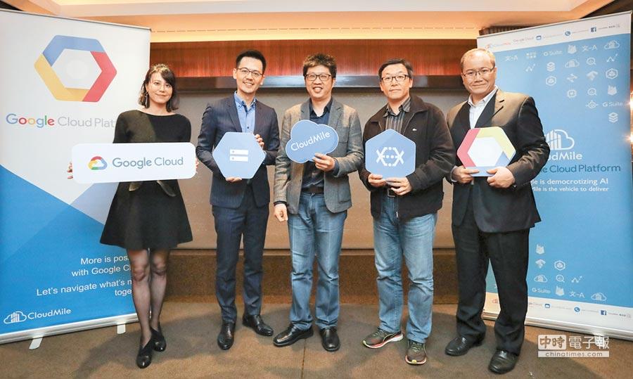 CloudMile成立1年多,至今已累積超過100家的海內外客戶。圖為CloudMile創辦人暨執行長劉永信(中)與客戶合影。(CloudMile提供)