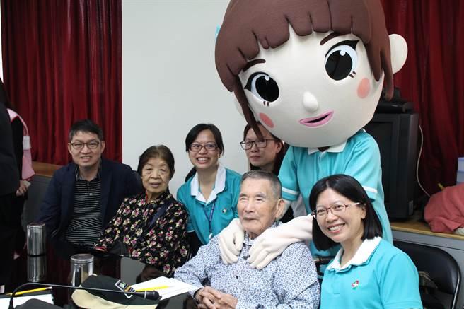 台北市衛生局近年推動長照服務有成,使得長者的生活起居或術後獲得極佳的照料,大大減輕家屬負擔。(曾百村攝)