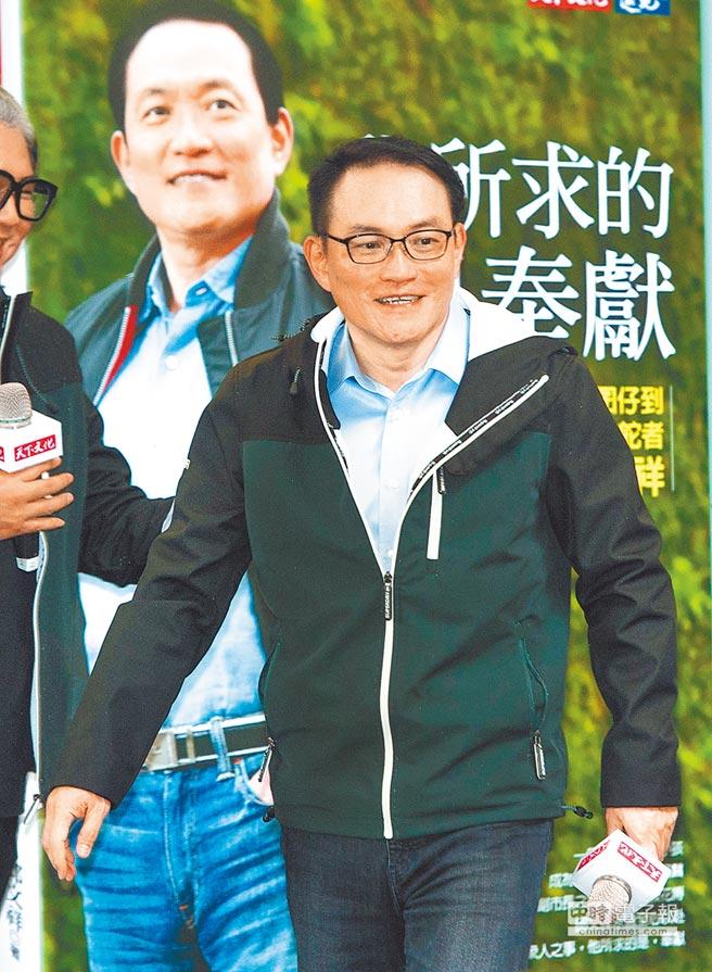 台北市前副市長邱文祥4日舉辦新書發表會,在會中高唱〈台北的天空〉,但對媒體追問是否將投入台北市長選戰未明確表態,不過強調,故鄉有需要,絕對奉獻。(鄭任南攝)