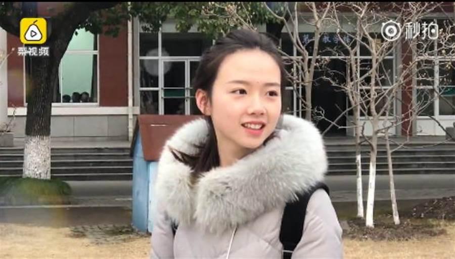 外表清新的山東妹謙虛說自己顏值只有4、5分,一張「初戀臉」讓千萬網友都戀愛了。(圖/ 翻攝自《梨視頻》影片)