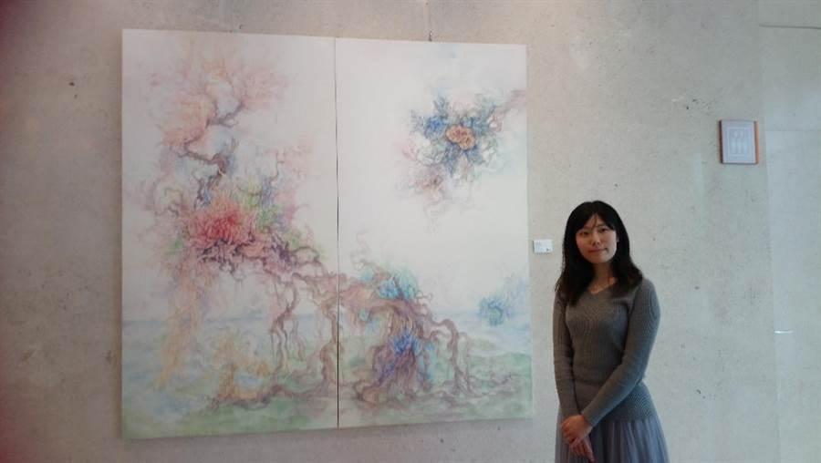 新銳藝術家張佳綺在日月千禧酒店,展出以花卉、草木為創作繆思的「花草凝寧」系列畫作。(圖/曾麗芳)