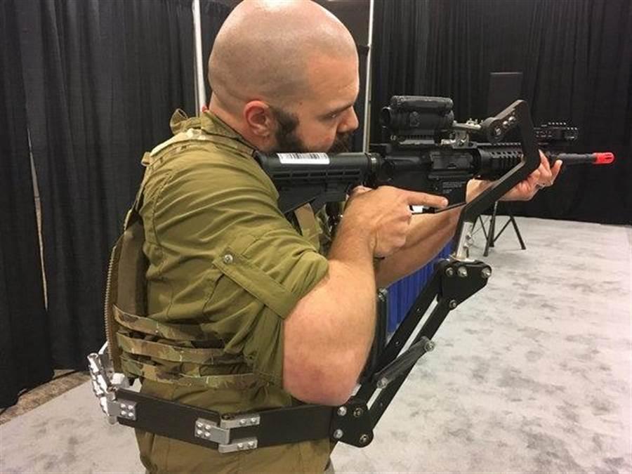 這可能是未來的美軍裝備,在腰部延伸的第三手,可以協助士兵持槍。(圖/美國陸軍)