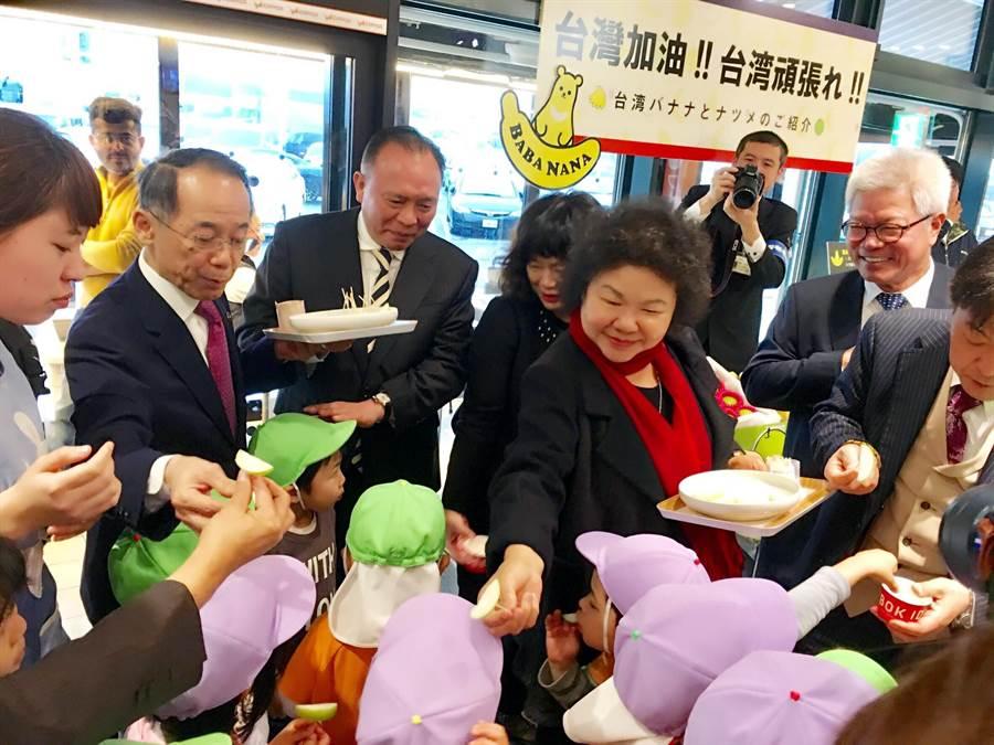 赴2018東京國際食品展,高雄市長陳菊特別到高速公路休息站請日本學童品嘗高雄蜜棗。(農業局提供)
