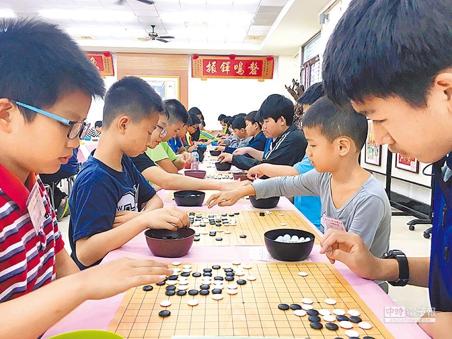 地藏王盃全國圍棋賽,來自全國各地的棋手聚精會神下棋。(廖素慧攝)