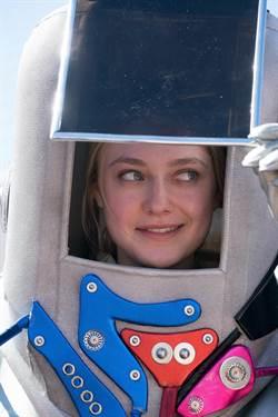 《星際爭霸戰》狂粉 達柯塔芬妮穿太空服講克林貢語