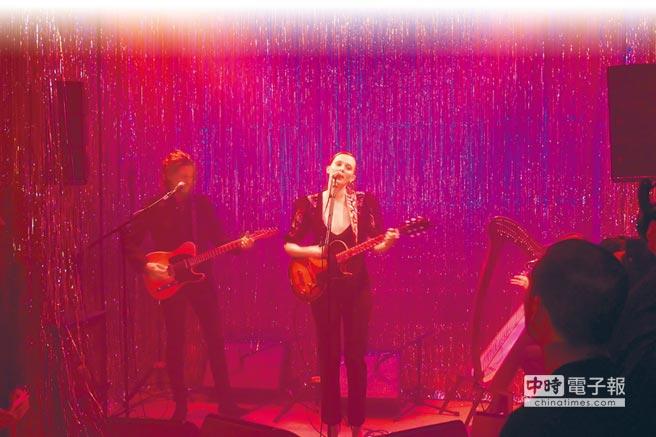 红髮超模Karen Elson为GIVENCHY举办的「WORLD TOUR」主题派对粉墨登台献唱。(陈张眾摄)