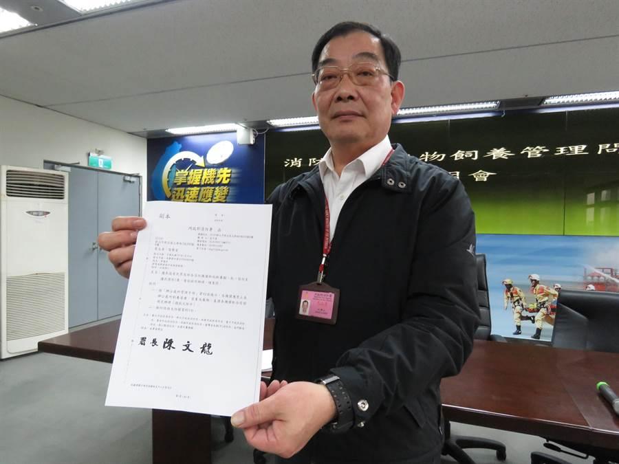 消防署副署長江濟人下午出面澄清,決無強制要求分隊棄養,並無任何強制及懲處規定。(葉書宏攝)