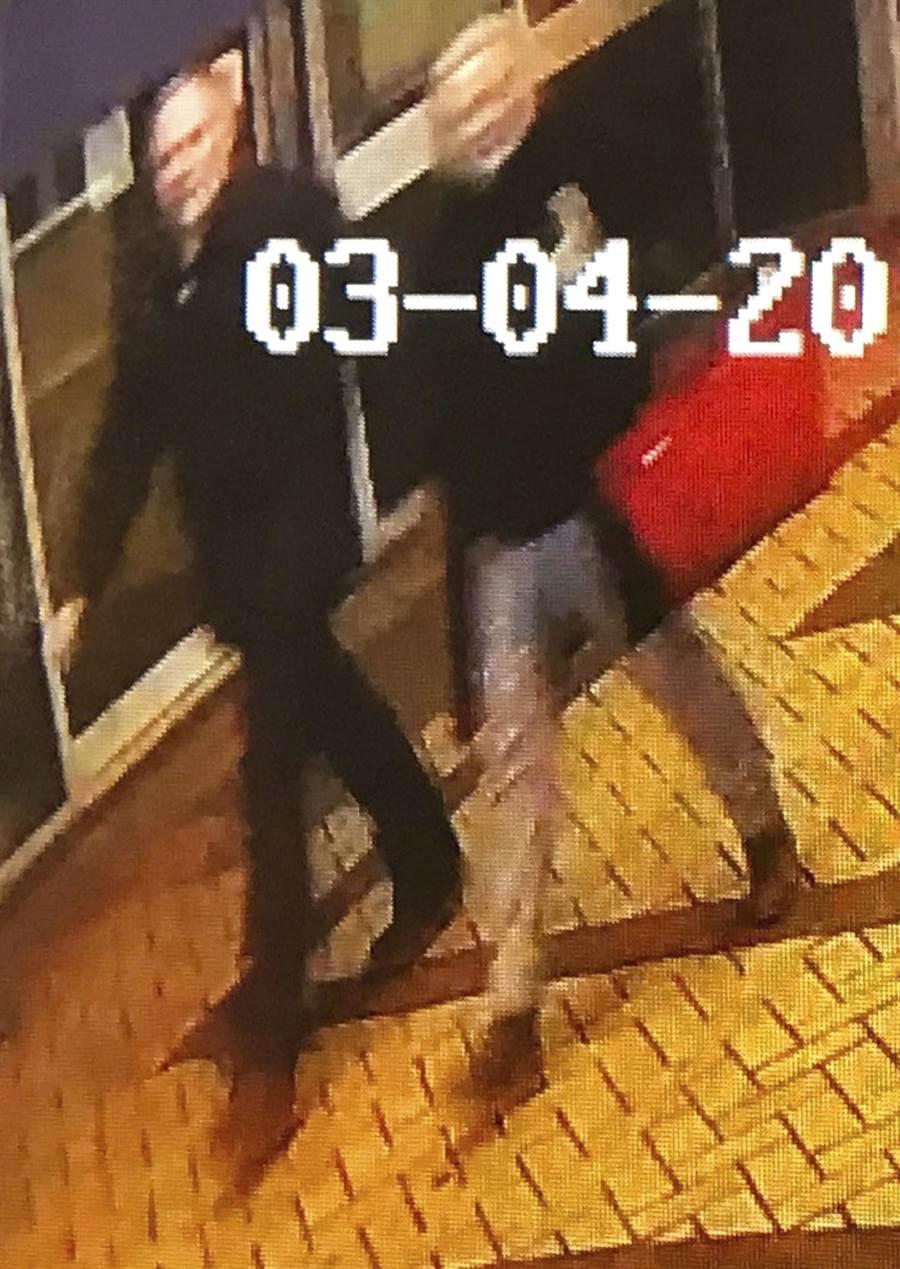 英國警方公布攝影畫面,父女剛離開購物中心時還沒有大礙。(圖/美聯社)