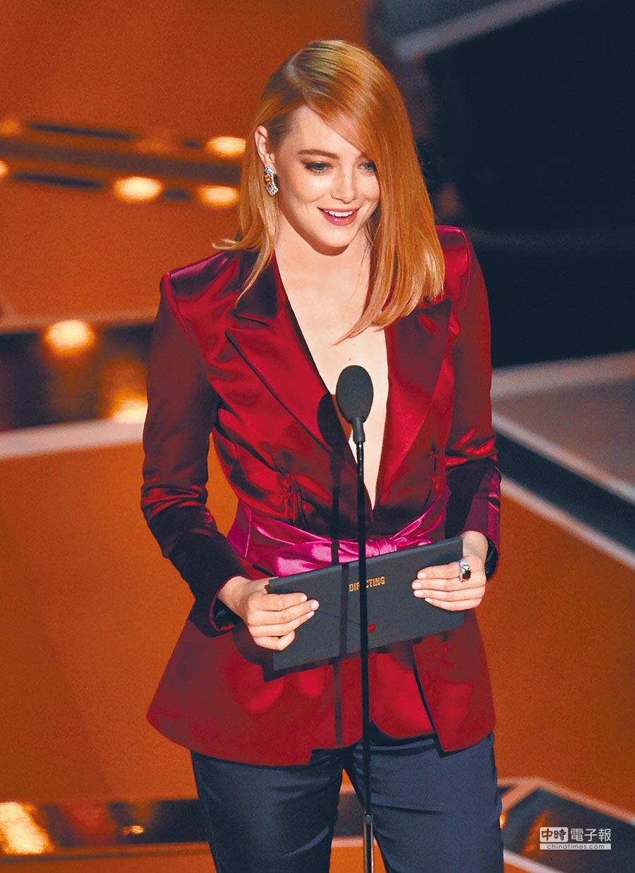 艾瑪史東頒發導演獎項時點名今年唯一入圍女導演葛瑞塔潔薇。(美聯社)
