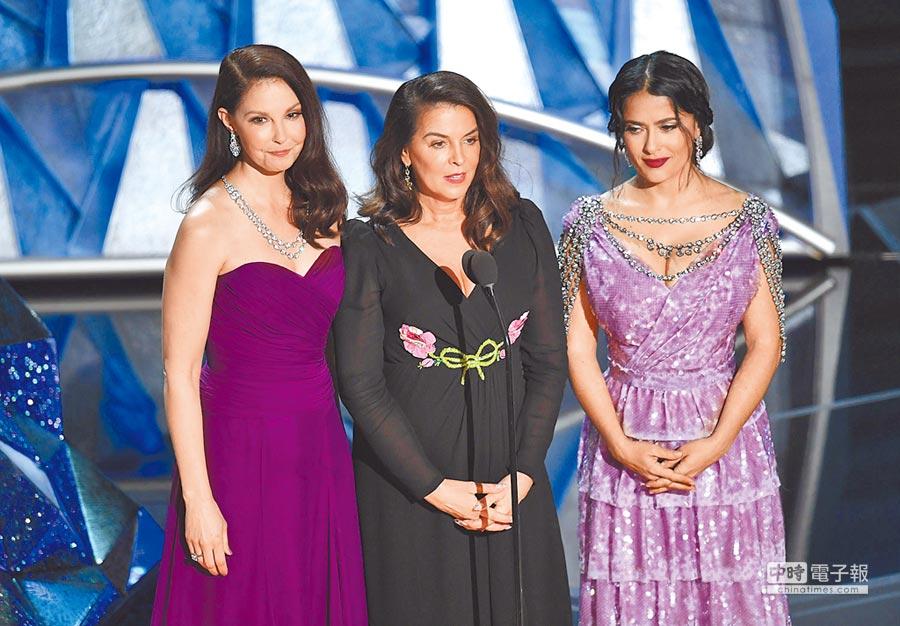 艾希莉(左起)、安娜貝拉和莎瑪以平權運動「時候到了」代表身分上台。(法新社)