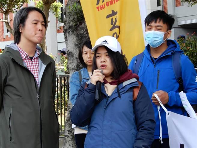 亞太學生痛斥校方放棄他們,造成他們必須輟學。(林志成攝)
