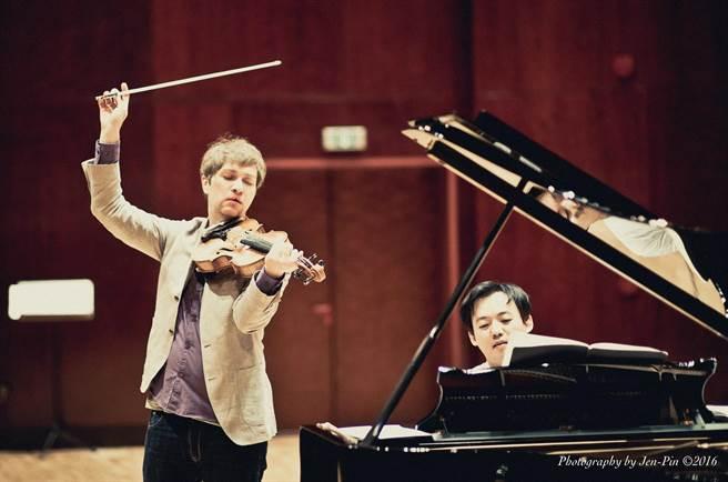 中提琴家孟克梅耶(左)2006年奪得巴許米特中提琴大賽首獎,他與鋼琴伴奏韓籍鋼琴家尹威廉合作多年,默契十足。(鵬博提供)