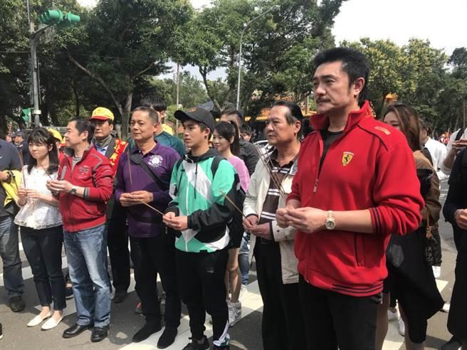 李㼈、馮興華導演、鄭平君、李博翔等人一起迎回媽祖。(林淑娟攝)