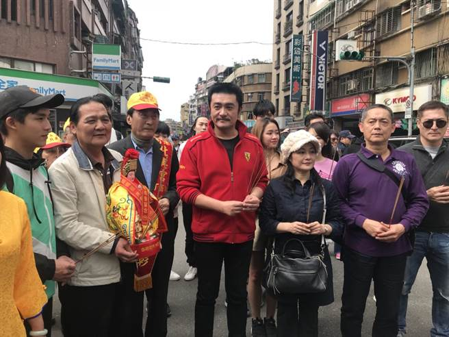 李㼈、馮興華導演、林小樓等人一起迎回媽祖。(林淑娟攝)