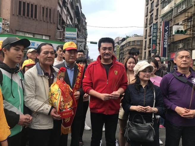 李㼈、馮興華導演、林小樓、李博翔等人一起迎回媽祖。(林淑娟攝)