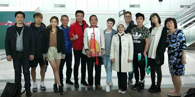 馮興華導演帶領李㼈、鍾瑶等藝人一起赴湄州迎媽祖。(金騰國際提供)