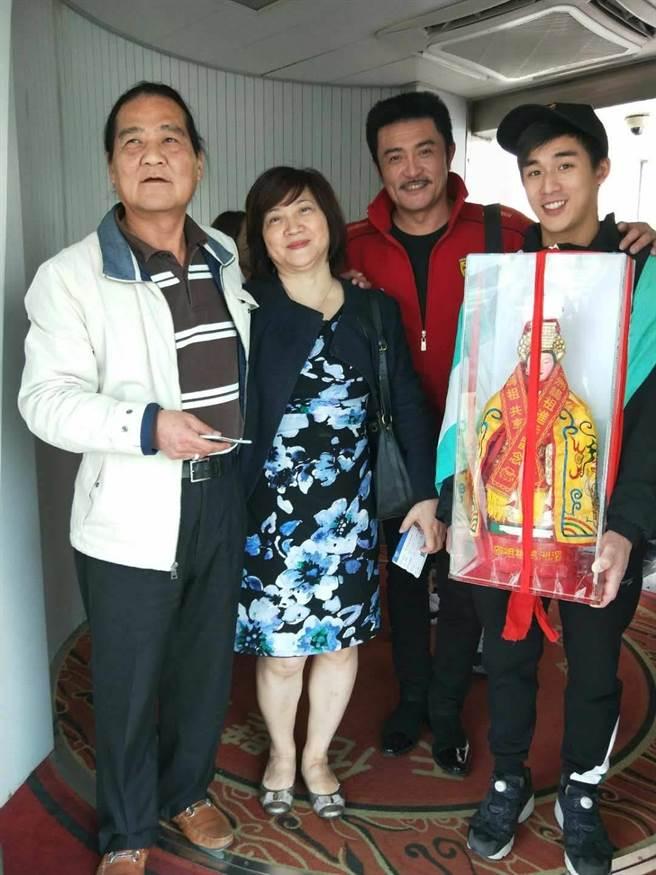 馮興華導演、製作人金燕玲帶領李㼈、李博翔等藝人一起赴湄州迎媽祖。(金騰國際提供)