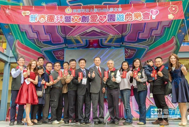 南臺科大代理校長盧燈茂(右六)發給每位參加者開春紅包,祝福大家在新的一年闔家安康、事事興旺。圖/南臺科大提供