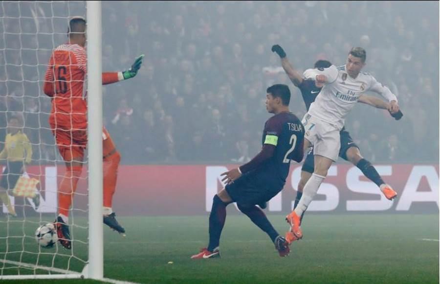 C羅(右)在第51分鐘力壓巴黎聖日耳曼的防守球員,頭槌破門替皇馬先馳得點。(路透)