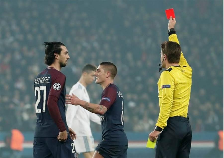 巴黎聖日耳曼的維拉提(中)下半場遭紅牌罰下。(路透)