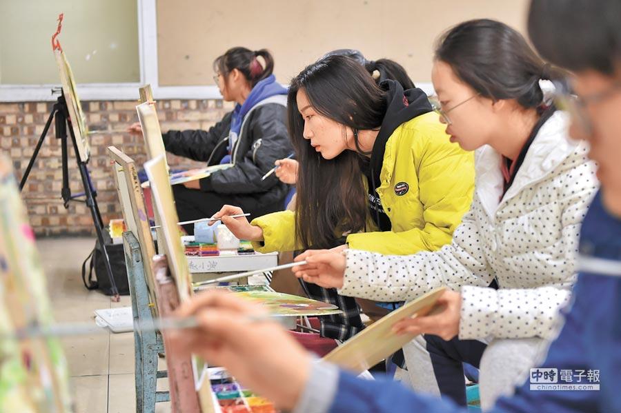 2017年12月31日,太原藝考生在練習繪畫。(新華社)