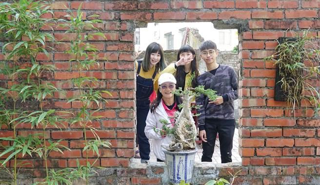 「幕影」經過大學生一番營造後,轉身一變成為巷弄裡的桃花園。(林雅惠翻攝)