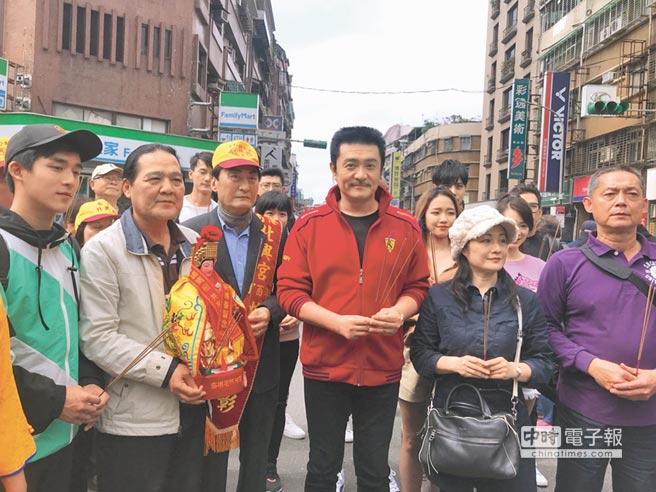 馮興華導演(左二)帶領李王羅(右)、李博翔(左)等藝人一起赴湄州迎媽祖。(林淑娟攝)