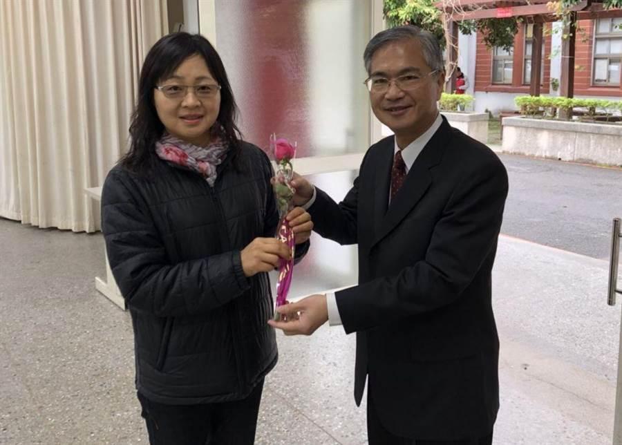 豐原分局長林宏儒(右)致贈玫瑰給女性同仁,並祝福「永保健康及青春」。(王文吉翻攝)